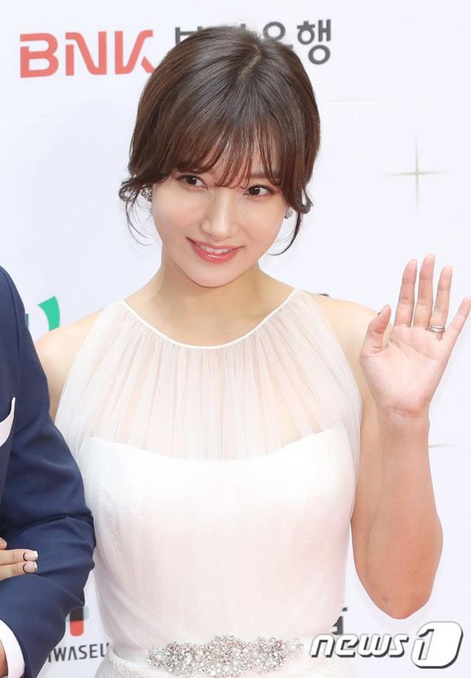 Thảm đỏ LHP Busan ngày 2: Yoona hóa nữ hoàng quyến rũ, đè bẹp dàn mỹ nhân U50 hở bạo khoe vòng 1 nhức mắt - ảnh 28