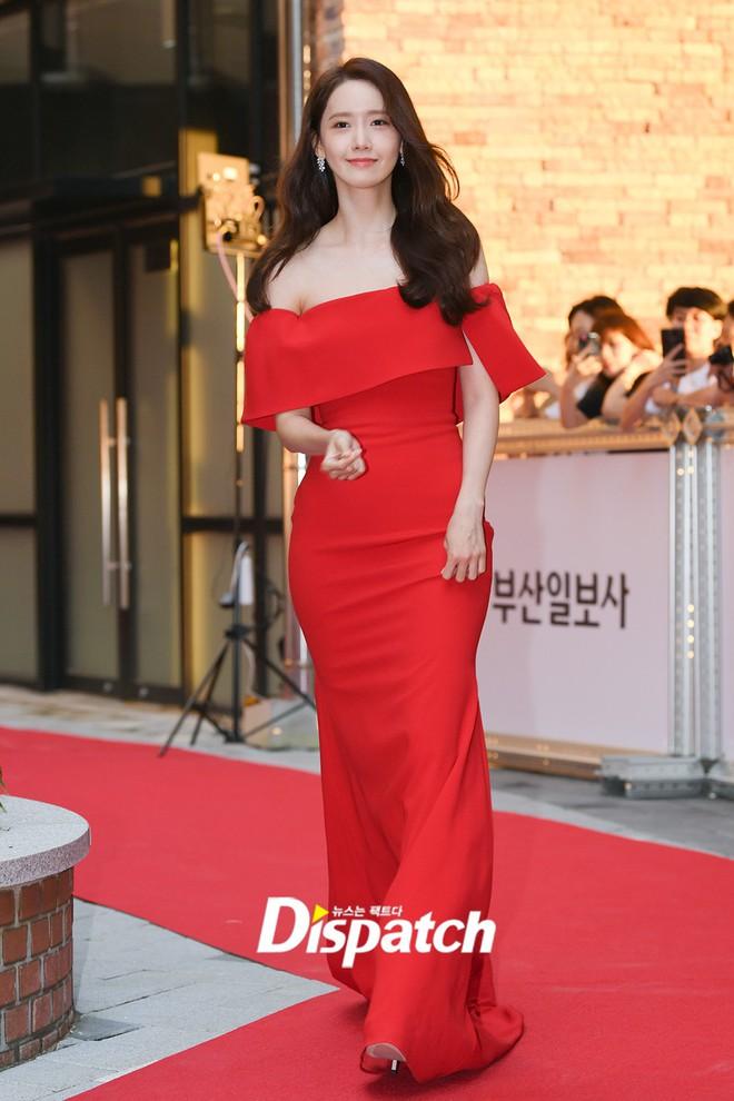 Thảm đỏ LHP Busan ngày 2: Yoona hóa nữ hoàng quyến rũ, đè bẹp dàn mỹ nhân U50 hở bạo khoe vòng 1 nhức mắt - ảnh 2