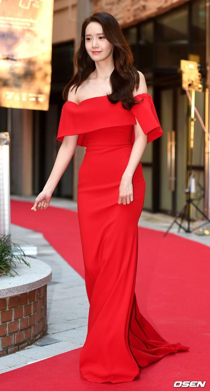 Thảm đỏ LHP Busan ngày 2: Yoona hóa nữ hoàng quyến rũ, đè bẹp dàn mỹ nhân U50 hở bạo khoe vòng 1 nhức mắt - ảnh 3