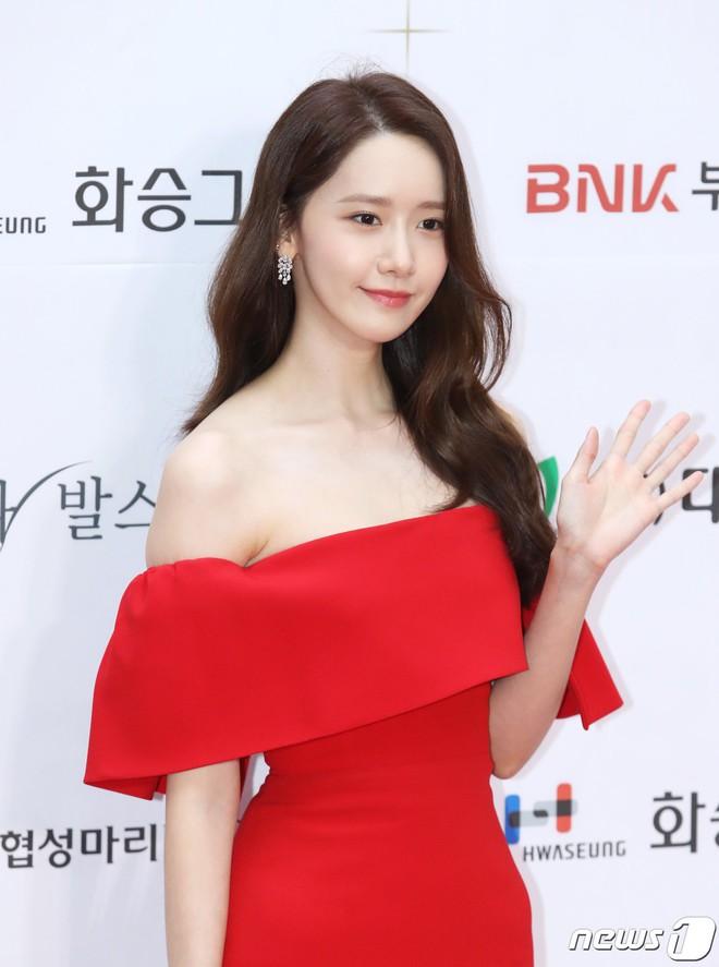Thảm đỏ LHP Busan ngày 2: Yoona hóa nữ hoàng quyến rũ, đè bẹp dàn mỹ nhân U50 hở bạo khoe vòng 1 nhức mắt - ảnh 6