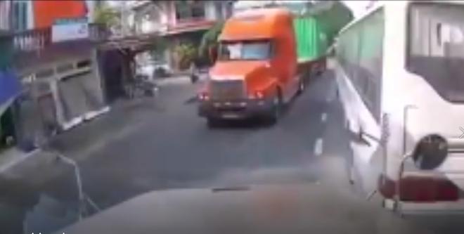 Tránh vỏ dưa gặp vỏ dừa: Tài xế container số nhọ đánh lái tránh xe khách dừng đột ngột lại đâm ngay vào container ngược chiều - Ảnh 2.