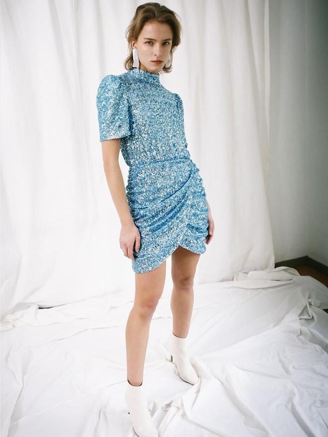 """elsa sequined backless dress 20190223232407 1570346344930975955284 - Trổ tài cắt váy 13 triệu cho Momo, stylist của Twice lại nhận cái kết đắng khi bị chê """"xấu hơn bản gốc"""""""