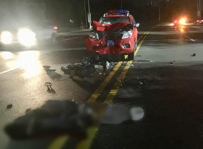 Bình Dương: Xe cảnh sát biến dạng sau đối đầu với xe máy, 2 thanh niên bất tỉnh trên đường - ảnh 1