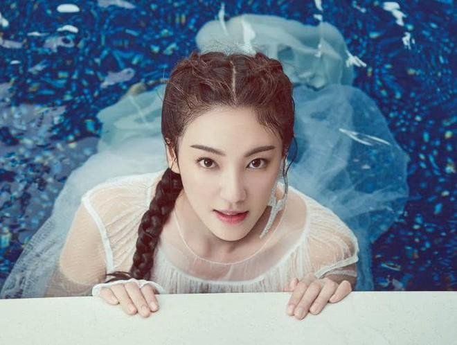 Mỹ nhân nóng bỏng nhất phim Châu Tinh Trì kể về tuổi thơ đẹp đến mức bị tẩy chay, xem ảnh mới vỡ lẽ ra sự thật - Ảnh 4.