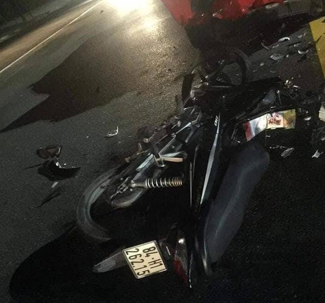 Bình Dương: Xe cảnh sát biến dạng sau đối đầu với xe máy, 2 thanh niên bất tỉnh trên đường - ảnh 2