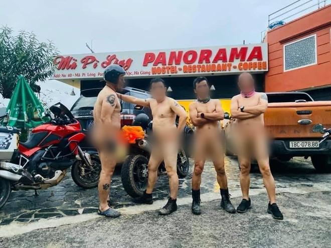 Xôn xao hình ảnh 4 người đàn ông khỏa thân đi xe máy lên đèo Mã Pì Lèng, chụp ảnh check in phản cảm trước cửa KS Panorama - Ảnh 2.