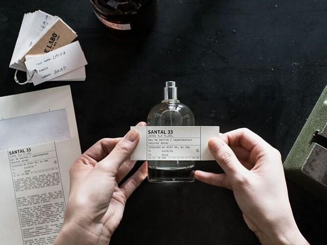 Nếu mê nước hoa Santal 33 nhưng ngại giá chát, bạn phải hóng ngay 4 bản dupe mùi tương tự mà giá mềm hơn hẳn - ảnh 1