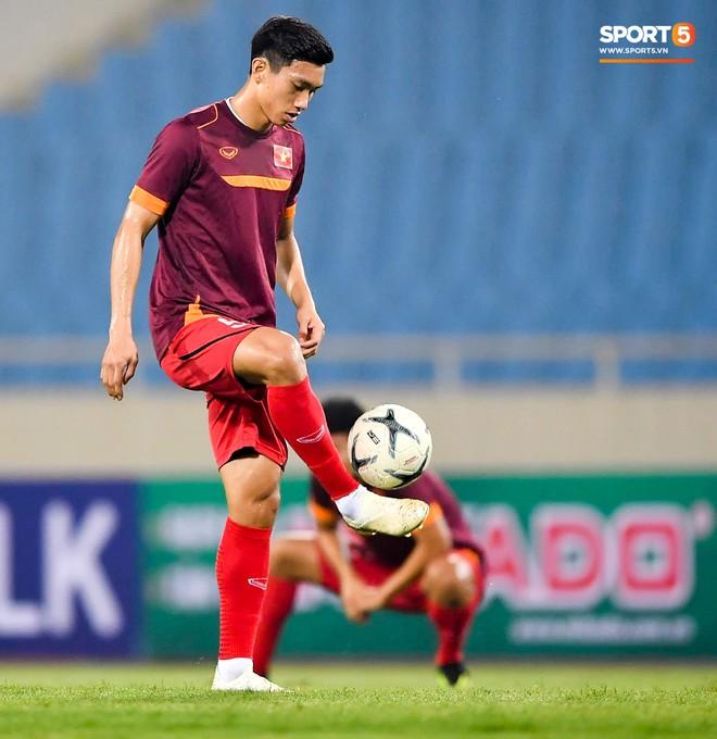 Tuyển thủ Việt Nam mặc áo cũ, không in số gây tò mò ở buổi tập áp chót trước trận chiến với Malaysia - ảnh 10