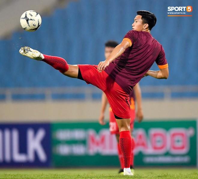 Tuyển thủ Việt Nam mặc áo cũ, không in số gây tò mò ở buổi tập áp chót trước trận chiến với Malaysia - ảnh 12