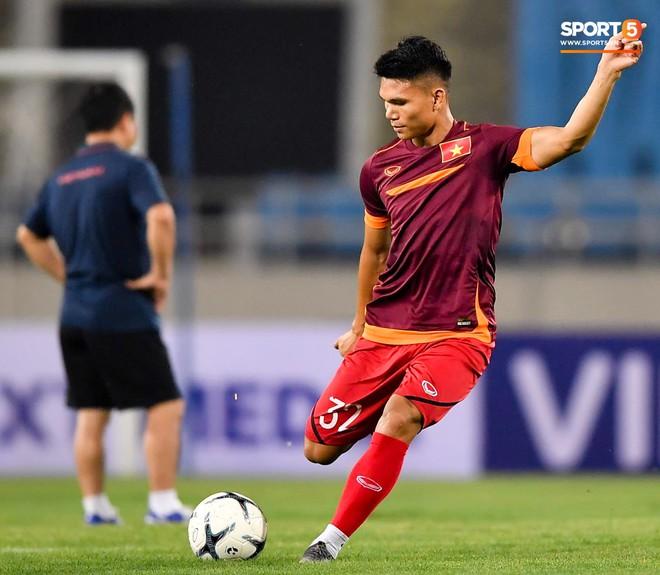 Tuyển thủ Việt Nam mặc áo cũ, không in số gây tò mò ở buổi tập áp chót trước trận chiến với Malaysia - ảnh 15