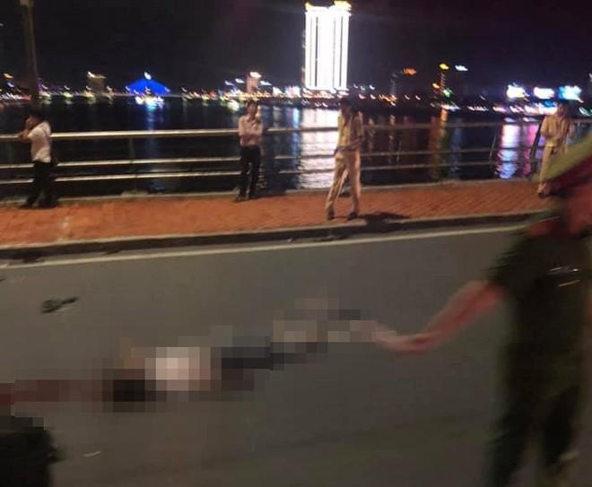 2 xe máy tông nhau trên cầu Rồng, thanh niên 22 tuổi chết thảm, 2 mẹ con trọng thương - ảnh 1