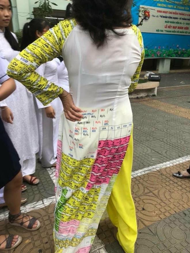 Cô giáo đứng lớp bá đạo với bộ áo dài Em hiểu hông?, ai nhìn vào cũng muốn may tặng giáo viên mình một bộ y chang - ảnh 2