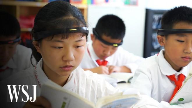 Tưởng vòng kim cô chỉ xuất hiện trong phim, hóa ra học sinh Trung Quốc thời nay cũng phải đeo thiết bị giống hệt vậy - Ảnh 1.