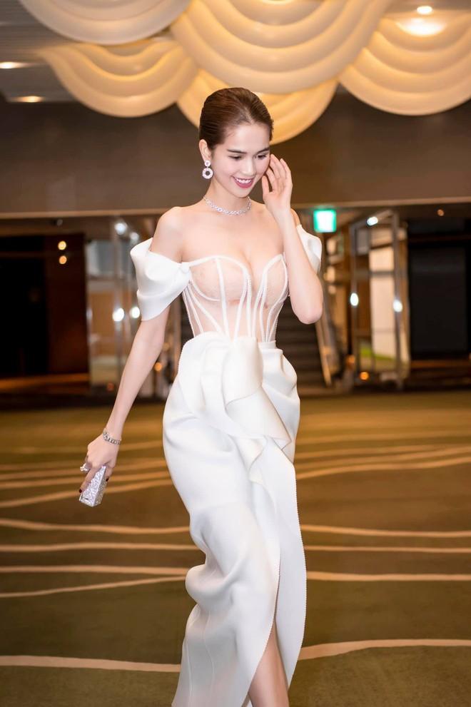 Thả dáng trên đất Hàn, Ngọc Trinh chọn đầm phô diễn body triệt để nhưng lại dễ gây hiểu lầm hệt như Thuỷ Tiên đợt trước - ảnh 9
