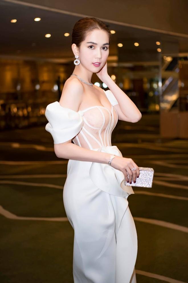 Thả dáng trên đất Hàn, Ngọc Trinh chọn đầm phô diễn body triệt để nhưng lại dễ gây hiểu lầm hệt như Thuỷ Tiên đợt trước - ảnh 8