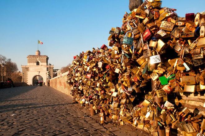 """10 địa điểm """"khóa chặt"""" tình yêu nổi tiếng nhất trên thế giới, không thể không nhắc đến cầu tình yêu ở Việt Nam - Ảnh 11."""