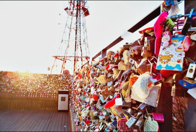 """10 địa điểm """"khóa chặt"""" tình yêu nổi tiếng nhất trên thế giới, không thể không nhắc đến cầu tình yêu ở Việt Nam - Ảnh 4."""