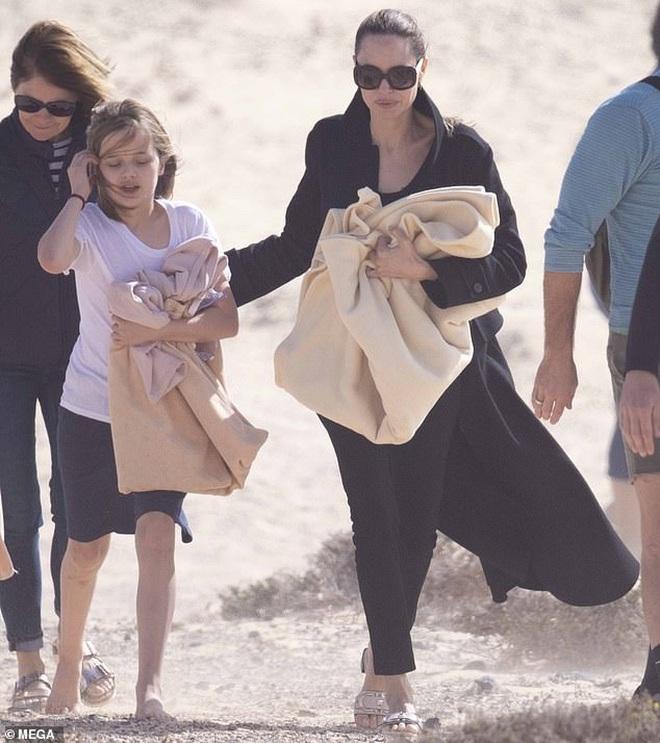 Angelina Jolie đưa con đi chơi mà như quay phim: Nổi bần bật dù lộ body gầy gò, sóng đôi bên bạn diễn siêu phẩm Marvel mới - ảnh 5