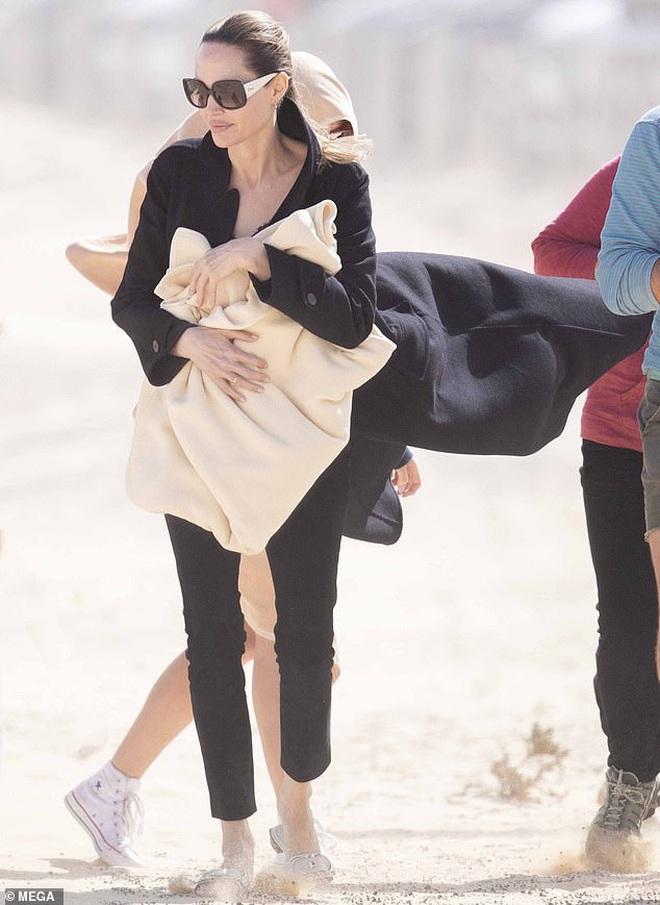 Angelina Jolie đưa con đi chơi mà như quay phim: Nổi bần bật dù lộ body gầy gò, sóng đôi bên bạn diễn siêu phẩm Marvel mới - ảnh 4