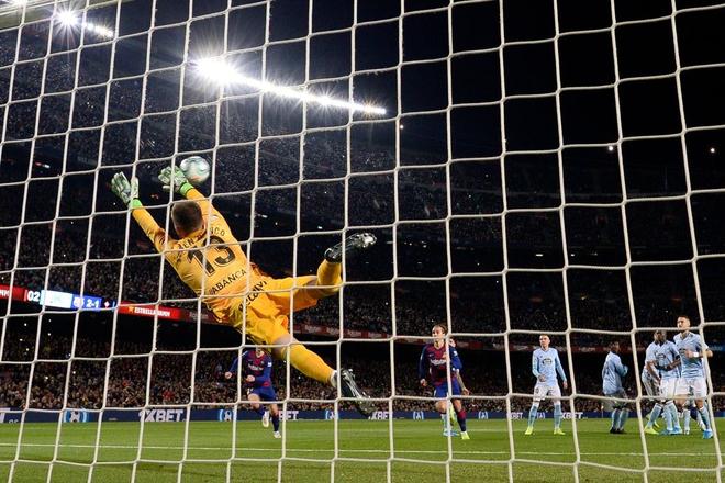 Messi lập cú đúp siêu phẩm sút phạt để cân bằng kỷ lục hat-trick với CR7 và giúp Barcelona giữ vững ngôi đầu La Liga - ảnh 5