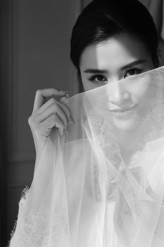 Ngọt lịm tim trong hậu trường đám cưới Đông Nhi - Ông Cao Thắng: Từ nụ hôn đến cái nắm tay cũng tình như cổ tích! - ảnh 5