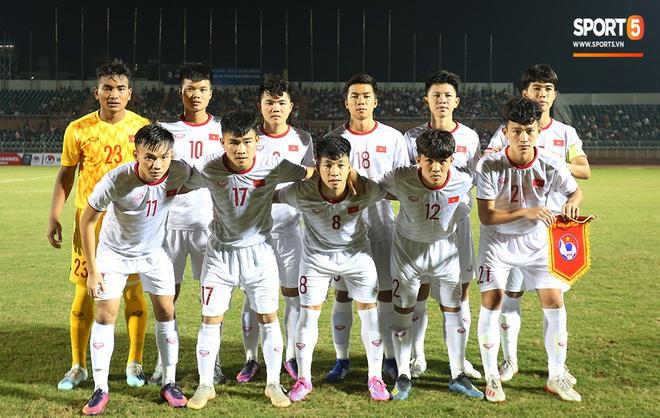 Ngộ nghĩnh: Trợ lý cõng cầu thủ U19 Việt Nam bị chấn thương chạy vào sân ăn mừng khi giành vé tham dự VCK U19 châu Á 2020 - ảnh 1