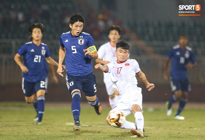 Ngộ nghĩnh: Trợ lý cõng cầu thủ U19 Việt Nam bị chấn thương chạy vào sân ăn mừng khi giành vé tham dự VCK U19 châu Á 2020 - ảnh 2