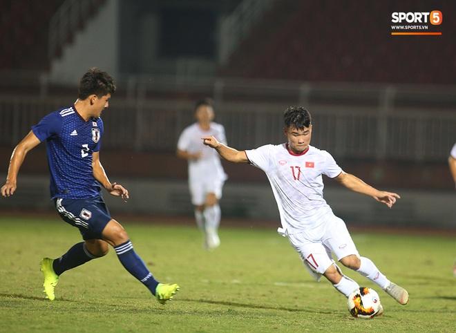 Ngộ nghĩnh: Trợ lý cõng cầu thủ U19 Việt Nam bị chấn thương chạy vào sân ăn mừng khi giành vé tham dự VCK U19 châu Á 2020 - ảnh 3