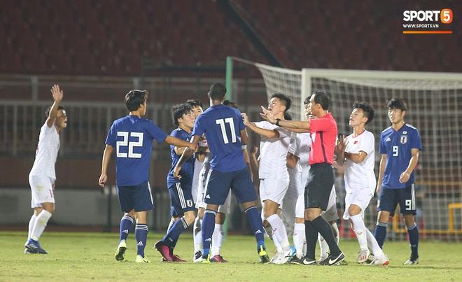 Ngộ nghĩnh: Trợ lý cõng cầu thủ U19 Việt Nam bị chấn thương chạy vào sân ăn mừng khi giành vé tham dự VCK U19 châu Á 2020 - ảnh 7