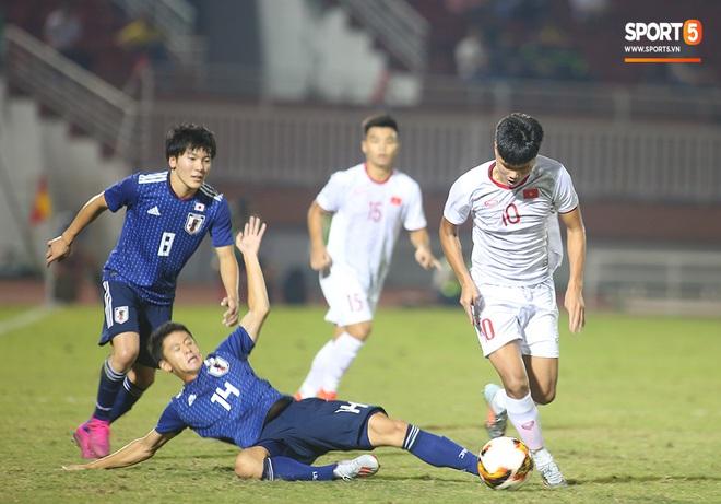 Ngộ nghĩnh: Trợ lý cõng cầu thủ U19 Việt Nam bị chấn thương chạy vào sân ăn mừng khi giành vé tham dự VCK U19 châu Á 2020 - ảnh 6