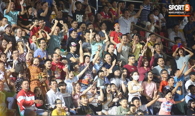 Ngộ nghĩnh: Trợ lý cõng cầu thủ U19 Việt Nam bị chấn thương chạy vào sân ăn mừng khi giành vé tham dự VCK U19 châu Á 2020 - ảnh 4