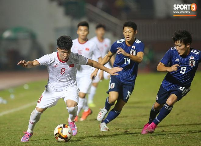 Ngộ nghĩnh: Trợ lý cõng cầu thủ U19 Việt Nam bị chấn thương chạy vào sân ăn mừng khi giành vé tham dự VCK U19 châu Á 2020 - ảnh 10