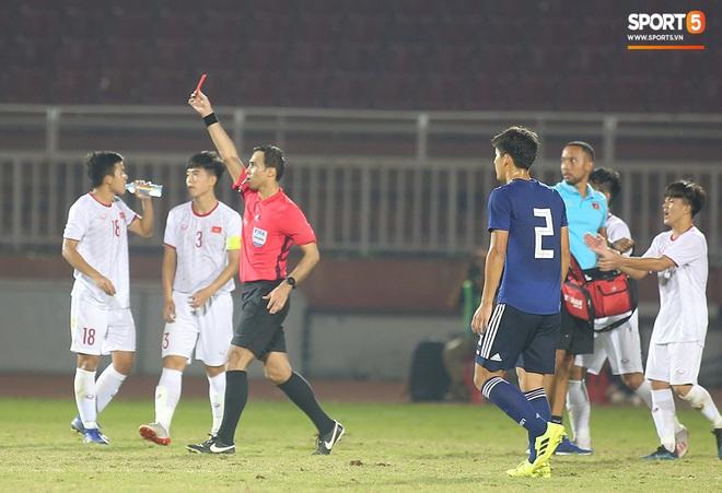 Ngộ nghĩnh: Trợ lý cõng cầu thủ U19 Việt Nam bị chấn thương chạy vào sân ăn mừng khi giành vé tham dự VCK U19 châu Á 2020 - ảnh 9