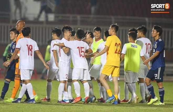 Ngộ nghĩnh: Trợ lý cõng cầu thủ U19 Việt Nam bị chấn thương chạy vào sân ăn mừng khi giành vé tham dự VCK U19 châu Á 2020 - ảnh 11