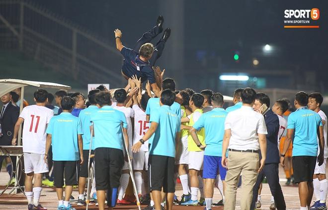 Ngộ nghĩnh: Trợ lý cõng cầu thủ U19 Việt Nam bị chấn thương chạy vào sân ăn mừng khi giành vé tham dự VCK U19 châu Á 2020 - ảnh 13