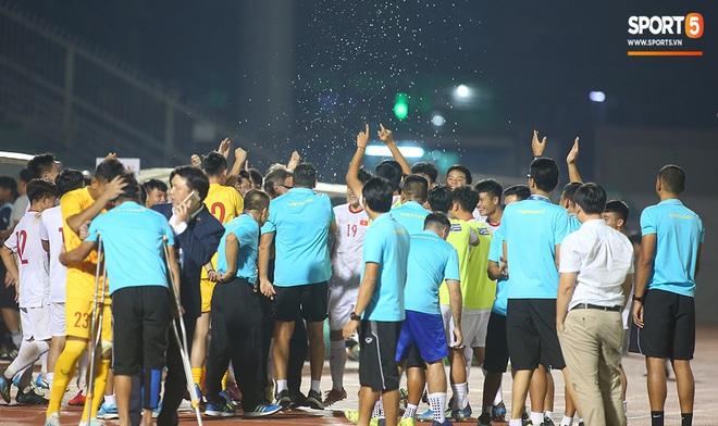 Ngộ nghĩnh: Trợ lý cõng cầu thủ U19 Việt Nam bị chấn thương chạy vào sân ăn mừng khi giành vé tham dự VCK U19 châu Á 2020 - ảnh 12