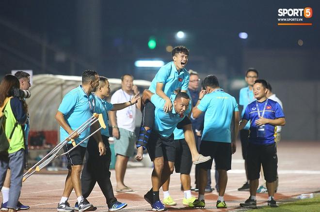 Ngộ nghĩnh: Trợ lý cõng cầu thủ U19 Việt Nam bị chấn thương chạy vào sân ăn mừng khi giành vé tham dự VCK U19 châu Á 2020 - ảnh 14