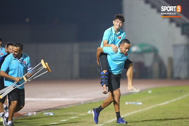 Ngộ nghĩnh: Trợ lý cõng cầu thủ U19 Việt Nam bị chấn thương chạy vào sân ăn mừng khi giành vé tham dự VCK U19 châu Á 2020 - ảnh 19