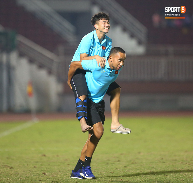 Ngộ nghĩnh: Trợ lý cõng cầu thủ U19 Việt Nam bị chấn thương chạy vào sân ăn mừng khi giành vé tham dự VCK U19 châu Á 2020 - ảnh 18