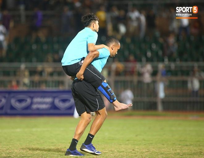 Ngộ nghĩnh: Trợ lý cõng cầu thủ U19 Việt Nam bị chấn thương chạy vào sân ăn mừng khi giành vé tham dự VCK U19 châu Á 2020 - ảnh 17