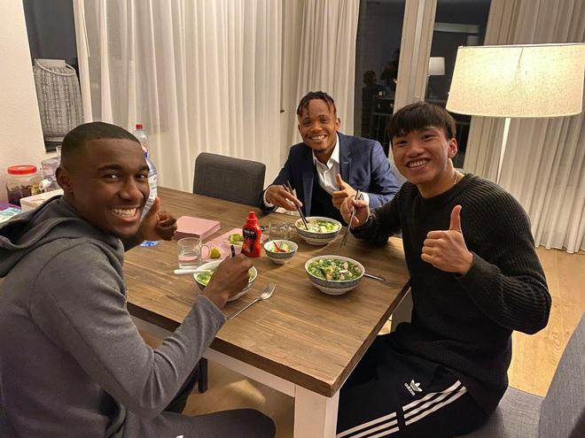 Văn Hậu mời đồng đội ăn đặc sản Việt Nam, SC Heerenveen ngược dòng thắng nghẹt thở - ảnh 1
