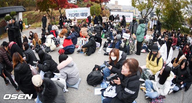 Taeyang và Daesung (BIGBANG) chính thức xuất ngũ: Béo lên trông thấy, vui mừng trước 1000 fan vây kín cả khu vực - ảnh 16