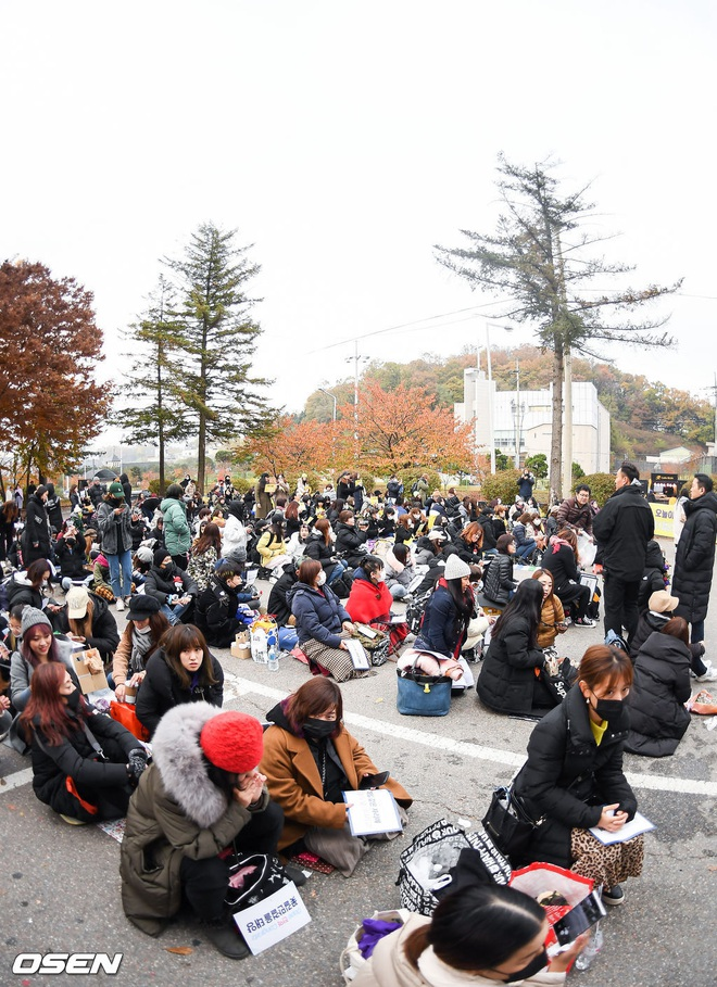 Taeyang và Daesung (BIGBANG) chính thức xuất ngũ: Béo lên trông thấy, vui mừng trước 1000 fan vây kín cả khu vực - ảnh 13