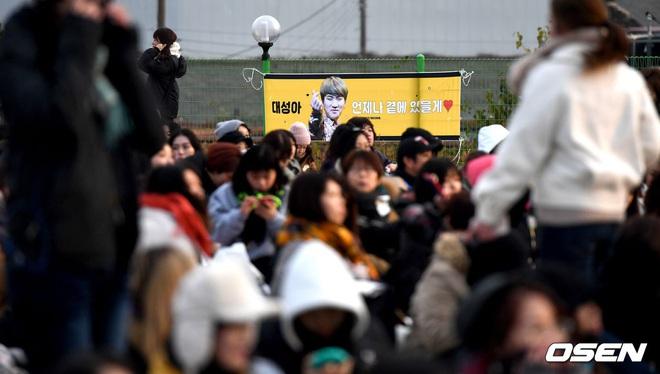 Taeyang và Daesung (BIGBANG) chính thức xuất ngũ: Béo lên trông thấy, vui mừng trước 1000 fan vây kín cả khu vực - ảnh 17