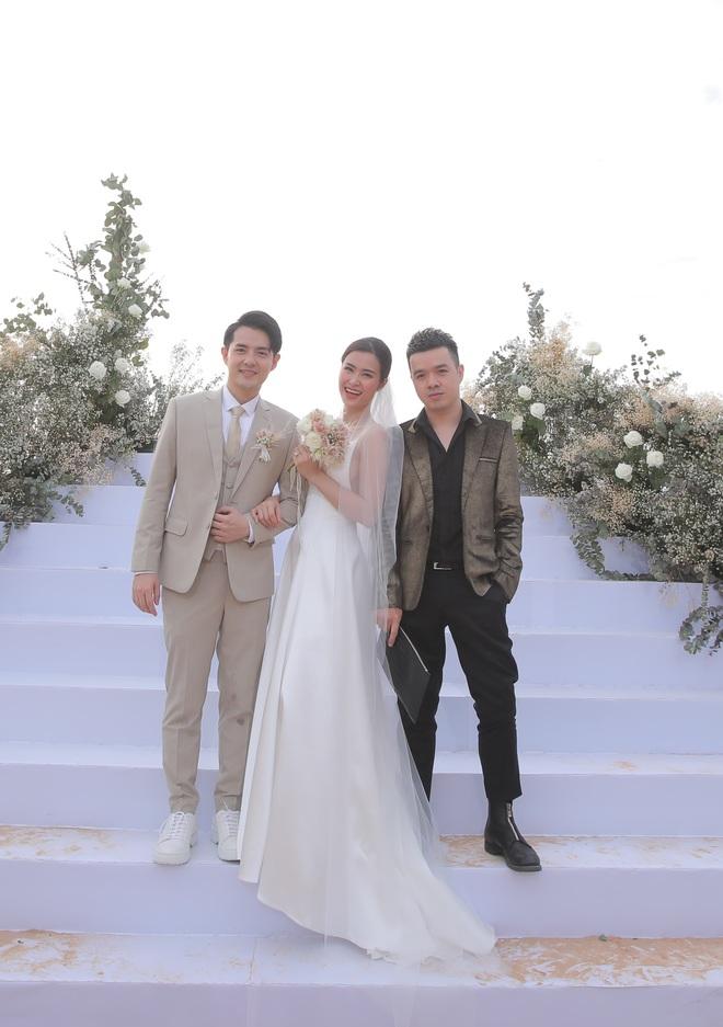Nhìn lại dàn khách mời cực đỉnh trong siêu đám cưới Đông Nhi: Nhã Phương - Hari Won nền nã, hội mỹ nhân ai cũng cực xinh - ảnh 23