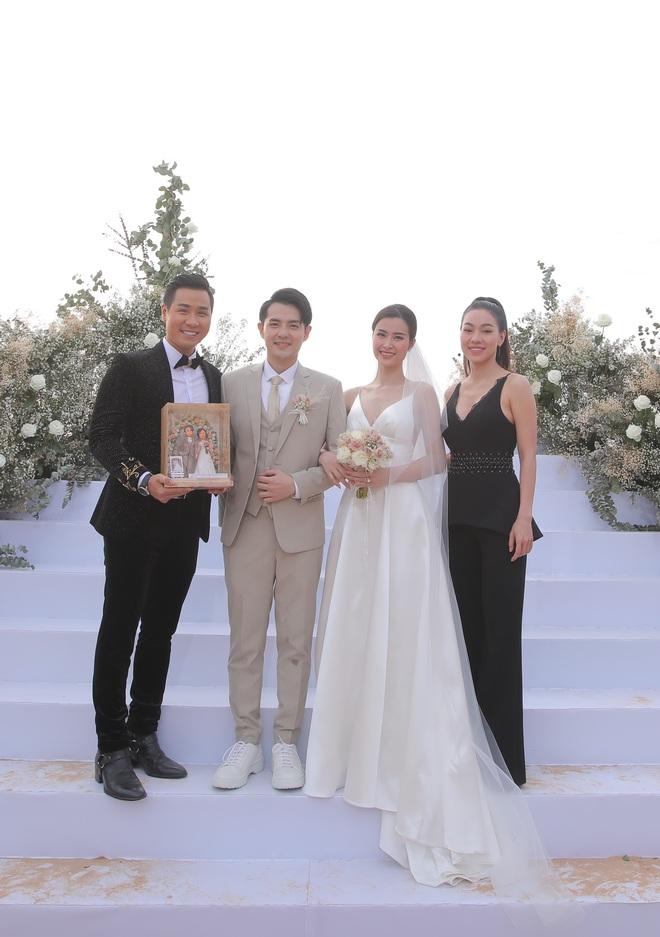 Nhìn lại dàn khách mời cực đỉnh trong siêu đám cưới Đông Nhi: Nhã Phương - Hari Won nền nã, hội mỹ nhân ai cũng cực xinh - ảnh 22