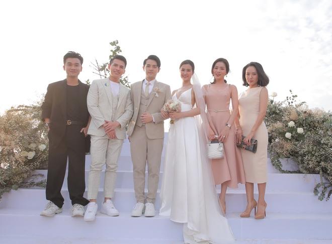 Nhìn lại dàn khách mời cực đỉnh trong siêu đám cưới Đông Nhi: Nhã Phương - Hari Won nền nã, hội mỹ nhân ai cũng cực xinh - ảnh 7