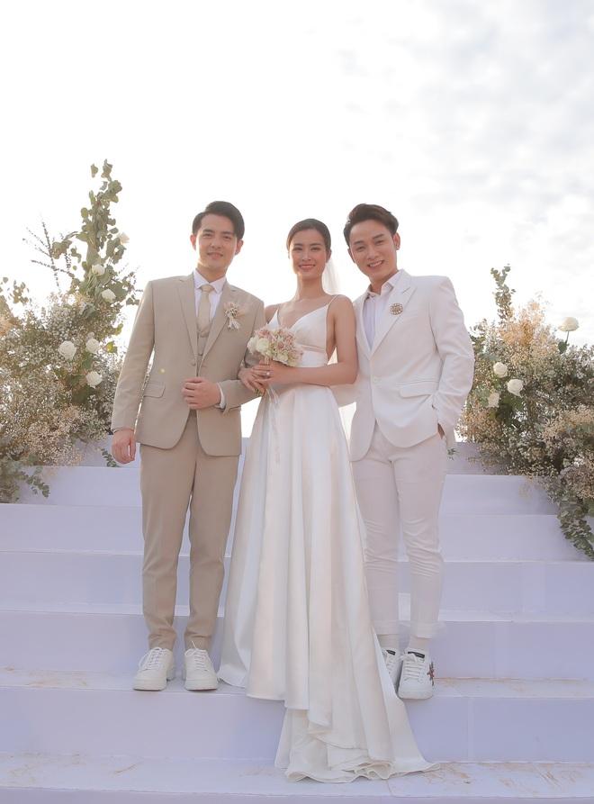 Nhìn lại dàn khách mời cực đỉnh trong siêu đám cưới Đông Nhi: Nhã Phương - Hari Won nền nã, hội mỹ nhân ai cũng cực xinh - ảnh 9