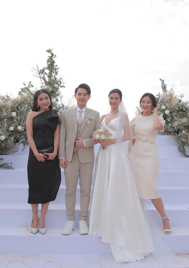 Nhìn lại dàn khách mời cực đỉnh trong siêu đám cưới Đông Nhi: Nhã Phương - Hari Won nền nã, hội mỹ nhân ai cũng cực xinh - ảnh 18