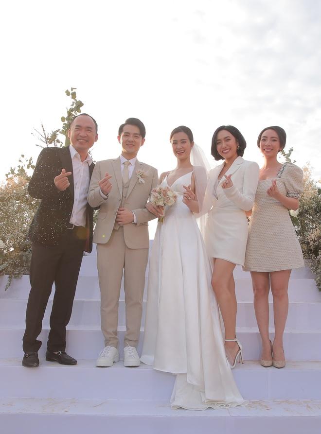 Nhìn lại dàn khách mời cực đỉnh trong siêu đám cưới Đông Nhi: Nhã Phương - Hari Won nền nã, hội mỹ nhân ai cũng cực xinh - ảnh 6